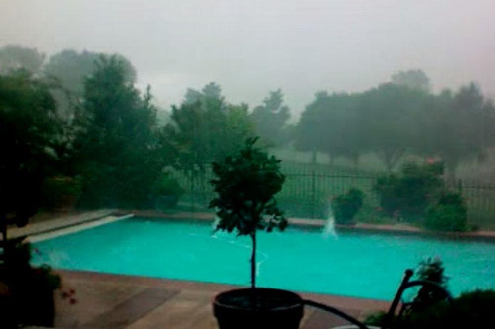 Oluja je besnela, a ono što se desilo sa bazenom za samo nekoliko sekundi je sve šokiralo