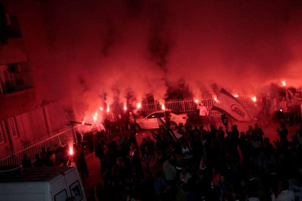 (VIDEO) BAKLJE U SARAJEVU: Pogledajte slavlje SDA posle proglašenja pobede