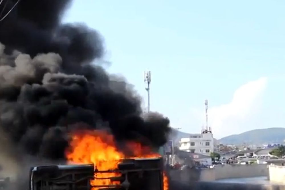(VIDEO) PROTESTI U MEKSIKU: Profesori zapalili gradsku skupštinu molotovljevim koktelima!