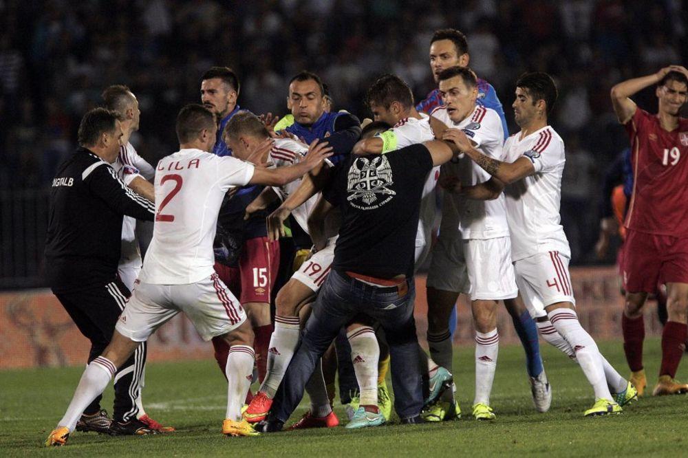 (VIDEO) POGLEDAJTE: Ovako je izgledala tuča na terenu tokom utakmice Srbija-Albanija!