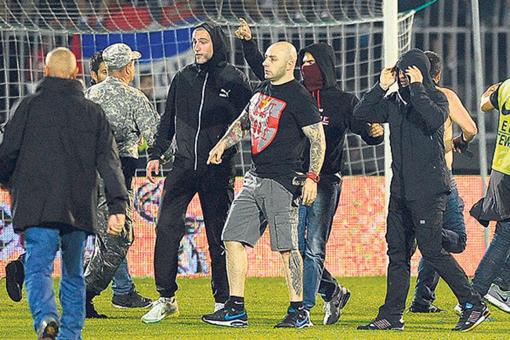 BRUKA: Redari huligani pustili Bogdanova da uleti na teren!