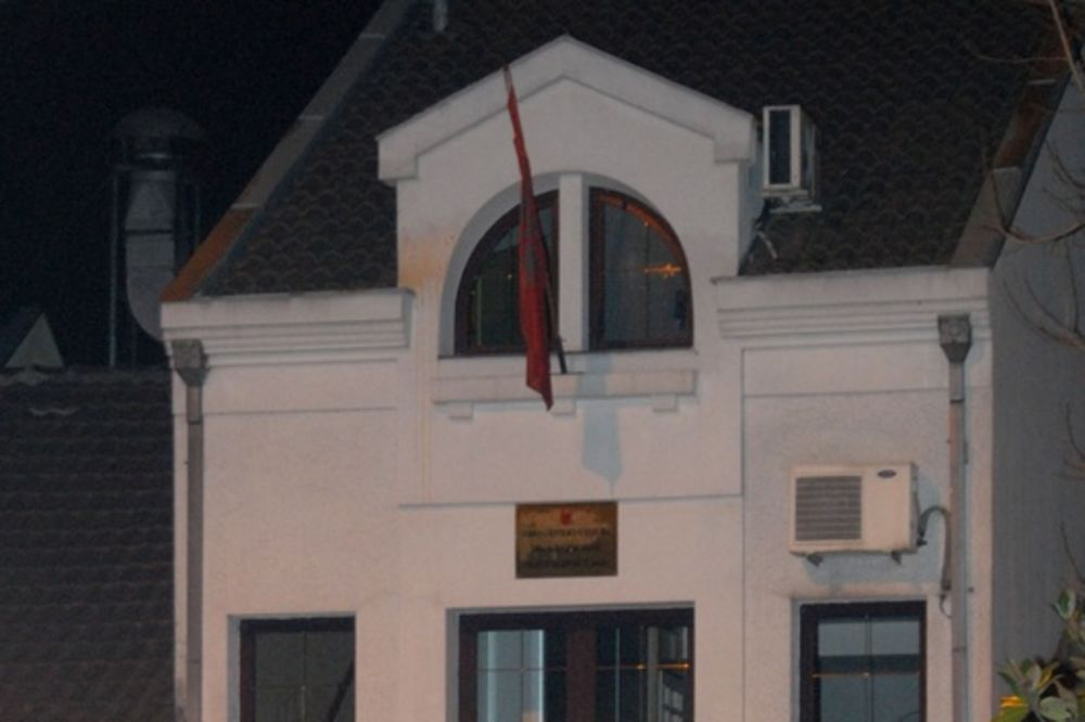 PODGORICA: Maskirani napadači kamenovali ambasadu Albanije!