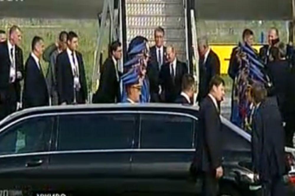 (VIDEO) TREĆI PUT MEĐU SRBIMA: Putin sleteo u Beograd, rukovao se i izljubio s Nikolićem!