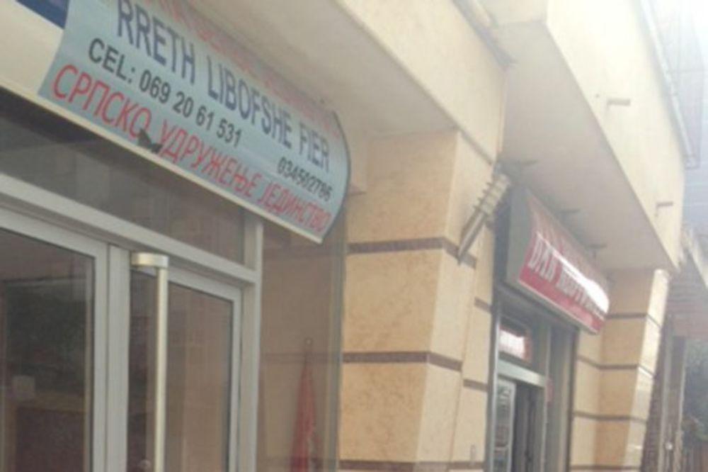 (FOTO) VARVARSKI NAPAD: Albanski ekstremisti kamenovali udruženje Srba u Firu