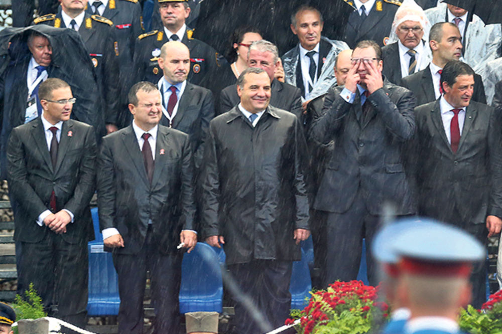 VOJNA PARADA: Vučić pokisao kao miš, a Dačić kuckao poruke!