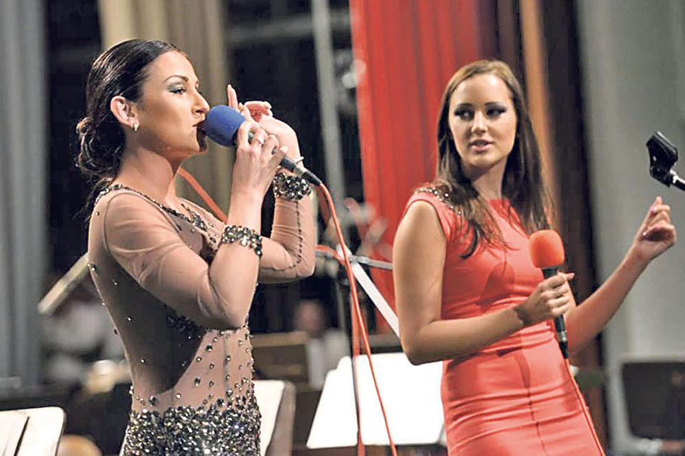 GRAND PARADA: Katarina i Aleksandra pevale vojnicima
