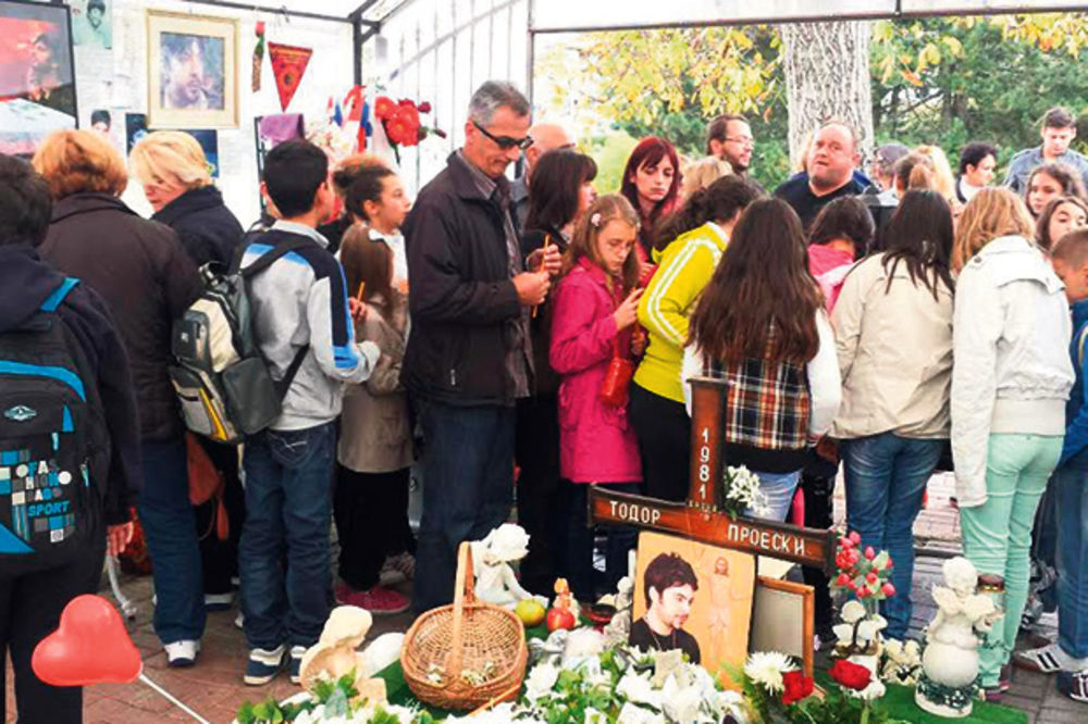 Pevač otrgnut od zaborava: Fanovi zatrpali grob Tošeta Proeskog cvećem