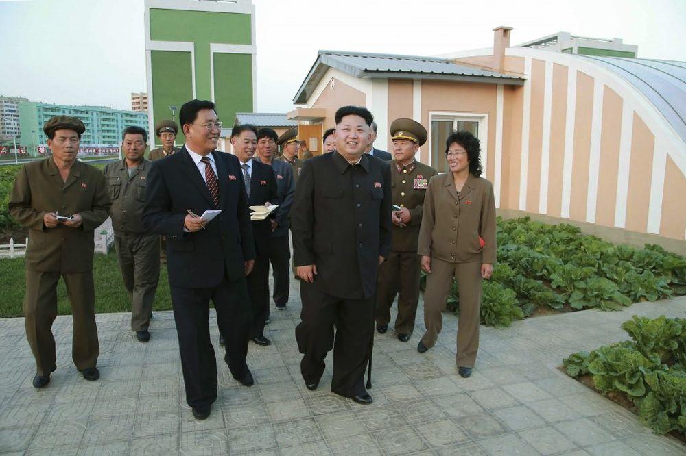 (VIDEO) OPET PRED KAMEROM: Kim Džong-un sa štapom u ruci obišao gradilište