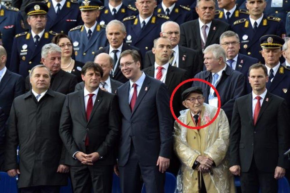 KO JE PRVI DO VUČIĆA? Evo ko je dekica koji je na vojnoj paradi stajao pored premijera!