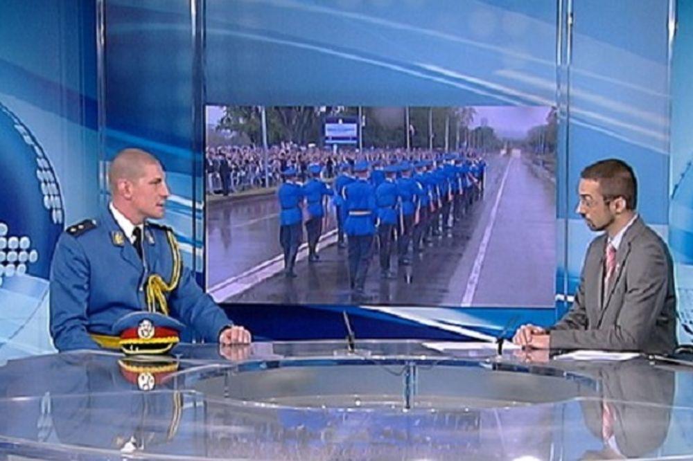 PORUČNIK KOJI IDE KROZ ŠPALIR BAJONETA: Puške klize na kiši, ali moji vojnici su elita!