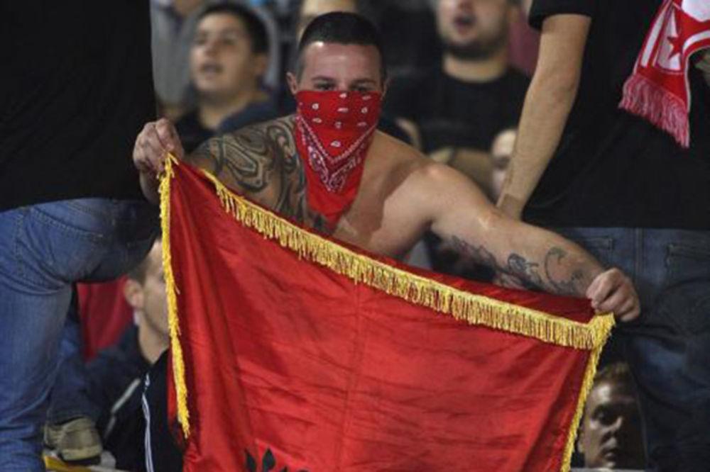 (FOTO) STRASTI SE NE SMIRUJU: Delije zapalile albansku zastavu na derbiju