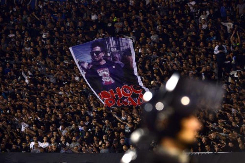 (FOTO) PROZIVKA: Grobari naljutili Delije barjakom na kom je lik učesnika Parade ponosa