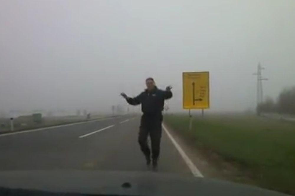 BOSANAC ZAPALIO INTERNET: Vozila ga zaobilaze, dok on igra nasred puta!