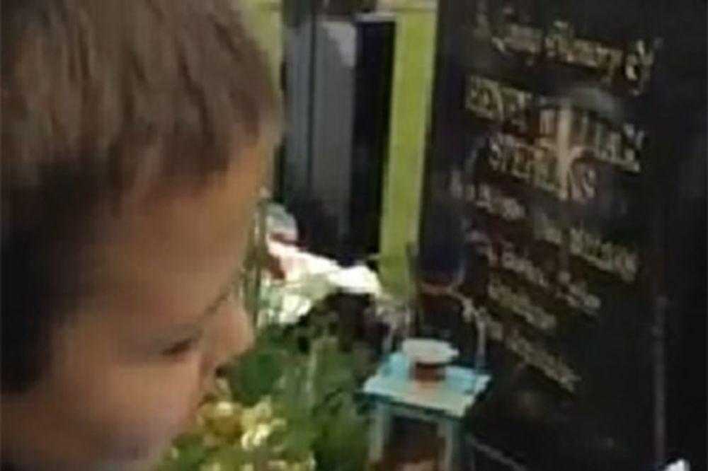 Pogledajte dečaka koji je došao na grob svog oca i dobio pismo iz raja