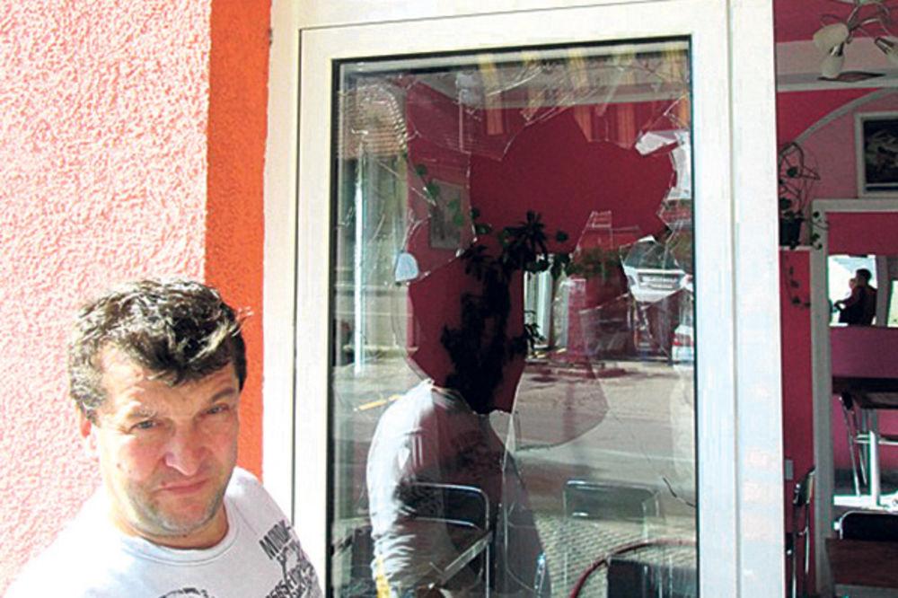 CRNA SERIJA: Kamenjem polupali izlog poslastičarnice u Novom Sadu