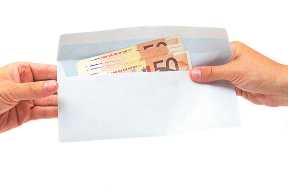 pismo, pare, mito, korupcija foto thinkstock