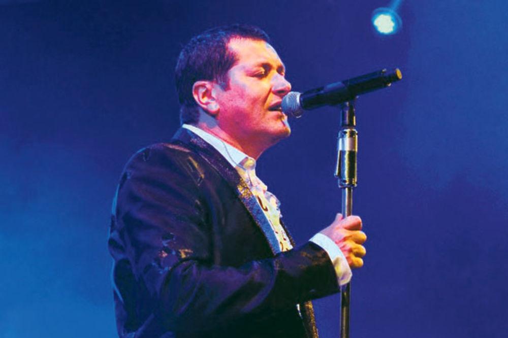 SPEKTAKL: Aco Pejović pevao za 10.000 Novosađana