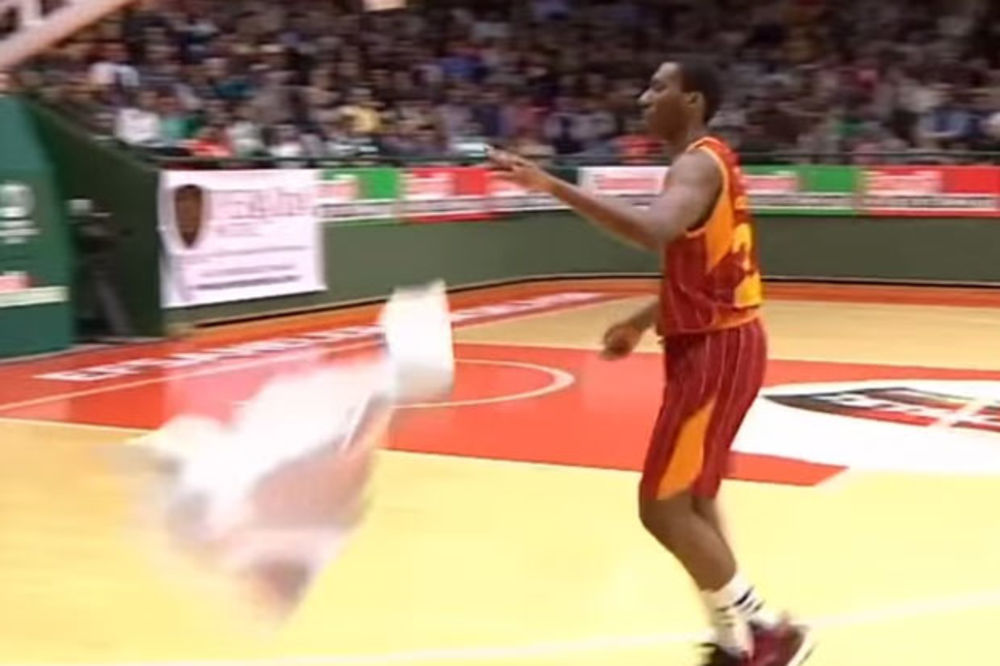 (VIDEO) PREBAČEN U DRUGI TIM: Košarkaš Galatasaraja gađao trenera peškirom