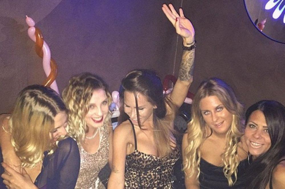 U LEOPARD AUTFITU: Nikolija proslavila rođendan sa drugaricama!