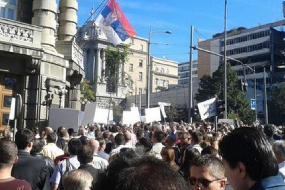BLOKIRAN CENTAR BEOGRADA: Protest advokata, pridružili im se i taksisti