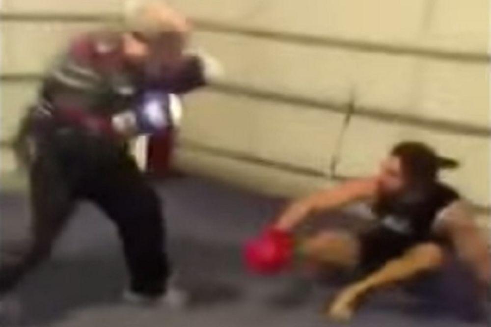 (VIDEO) SUPERDEKA: Čiča razbio mladog boksera u ringu