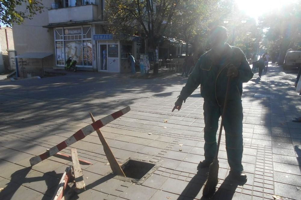 KRAĐA U PROKUPLJU: Lopovi sa ulica pokupili rešetke za kanalizaciju!