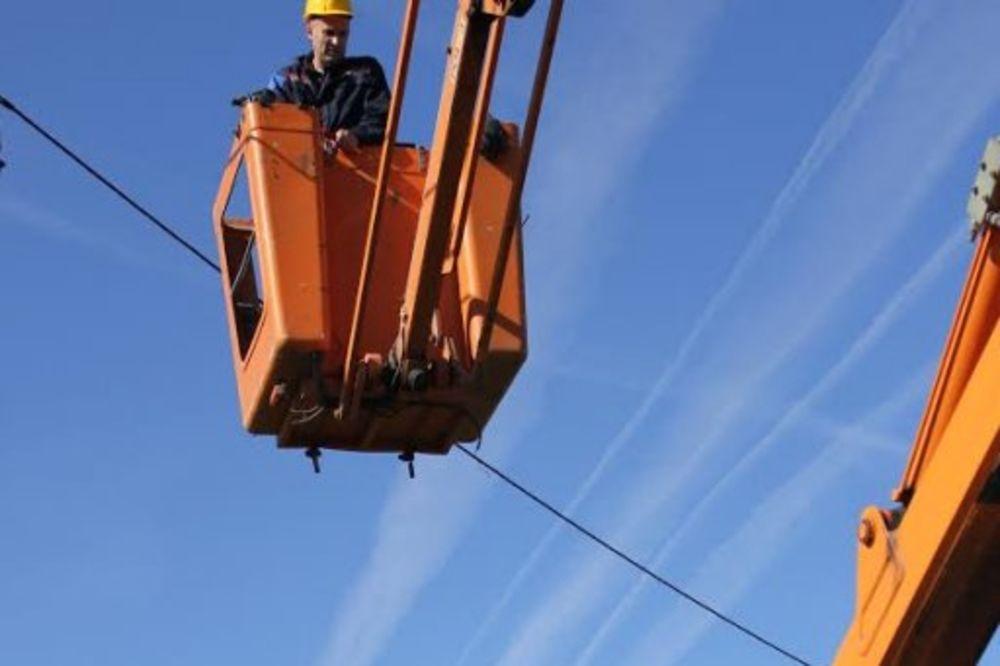 BURNO U KRALJEVU: Pesnicama i sekirom napali radnike Elektrodistribucije!