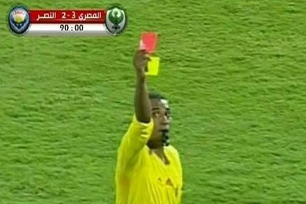 (VIDEO) ZBUNIO SE: Sudija pokazao igraču žuti i crveni karton