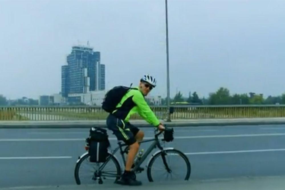 (VIDEO) PREŠAO 1.100 KILOMETARA: Makedonac biciklom iz Ohrida došao na vojnu paradu u Beogradu!