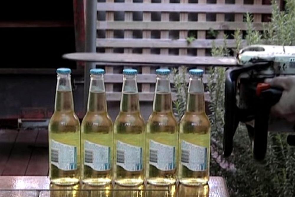 (VIDEO) Kako istovremeno otvoriti pet flaša piva motornom testerom?