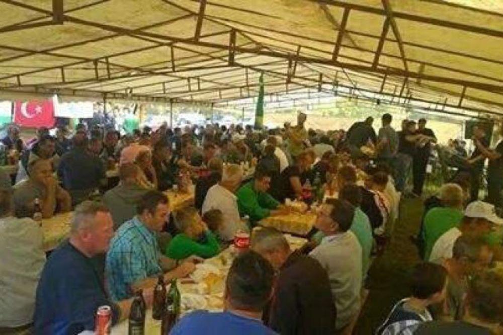 ZANELI SE: Pripadnici SDA proslavili pobedu uz pivo i tursku zastavu!