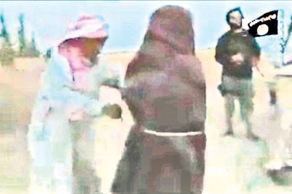 UZNEMIRUJUĆI SNIMAK: Džihadisti ISIL do smrti kamenovali ženu, predvodio ih njen otac!
