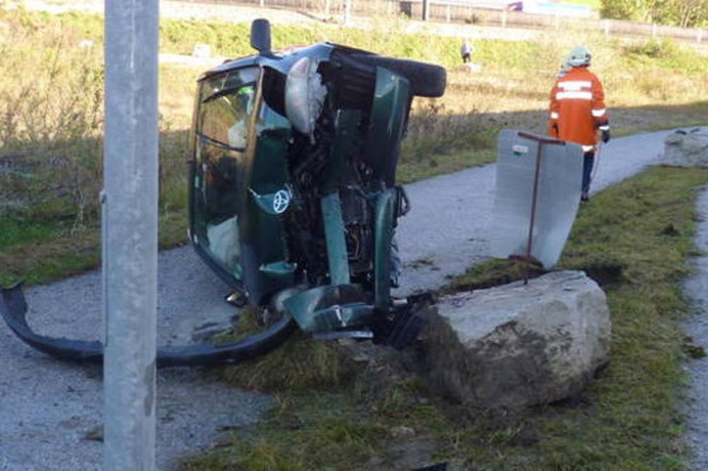 NEODGOVORNA MAJKA: Mrtva pijana vozila decu i zabila se u betonski blok!