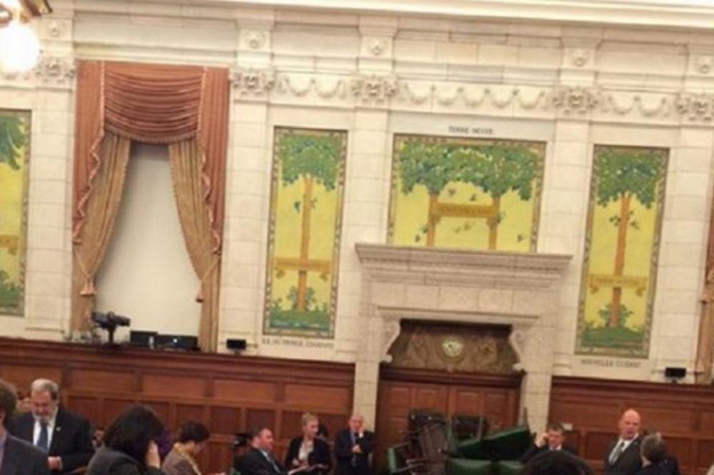 (FOTO) U STRAHU OD TERORISTA: Kanadski poslanici napravili barikadu od stolica!