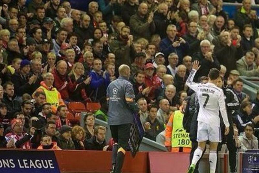 (FOTO) DESILO SE NEZAMISLIVO: Čuveni Kop aplaudirao Kristijanu Ronaldu