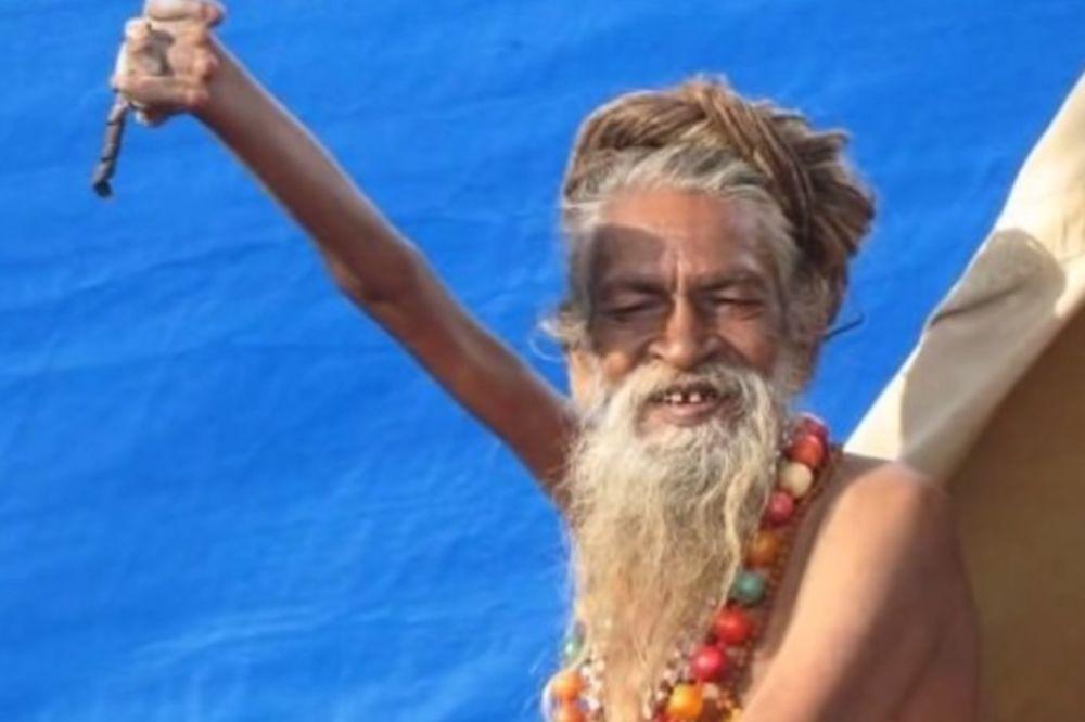 ODLUČAN DEKA: Indijac 41 godinu drži desnu ruku podignutu iznad glave!