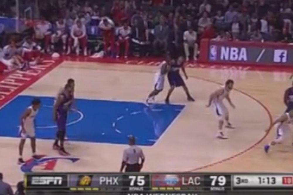 (VIDEO) POSLAO GA PO BUREK: Sjajnim krosoverom izbacio igrača skoro 10 metara!