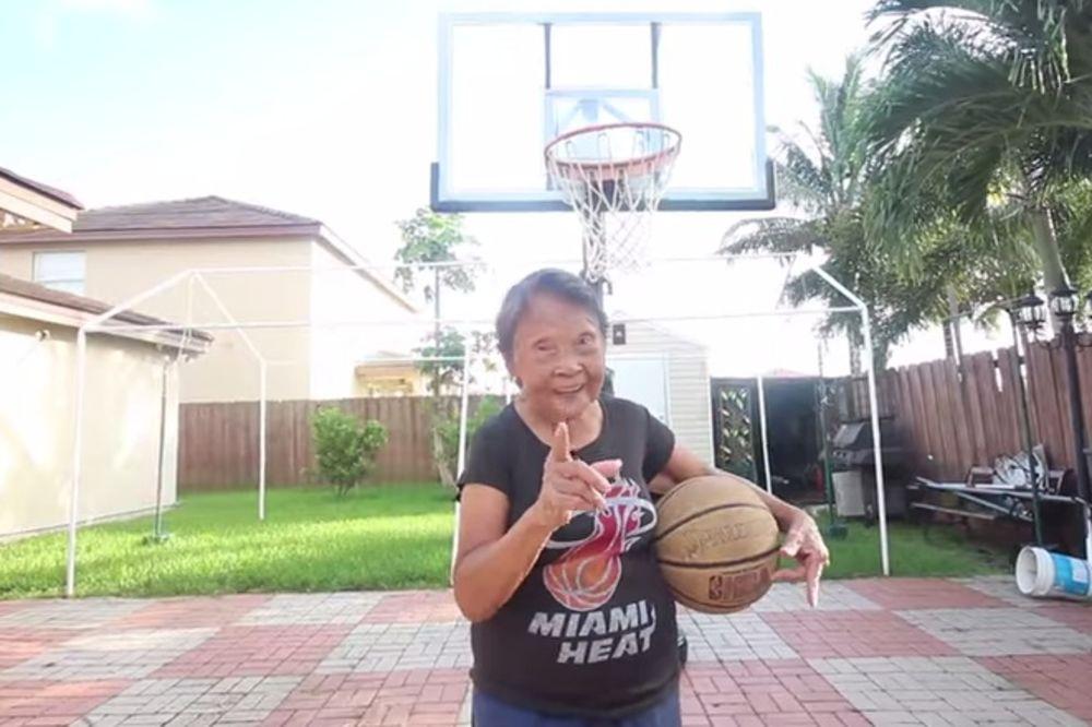 (VIDEO) PREVIŠE SIMPATIČNO: Vejd igrao basket sa bakicom od 90 godina koja ga je izazvala