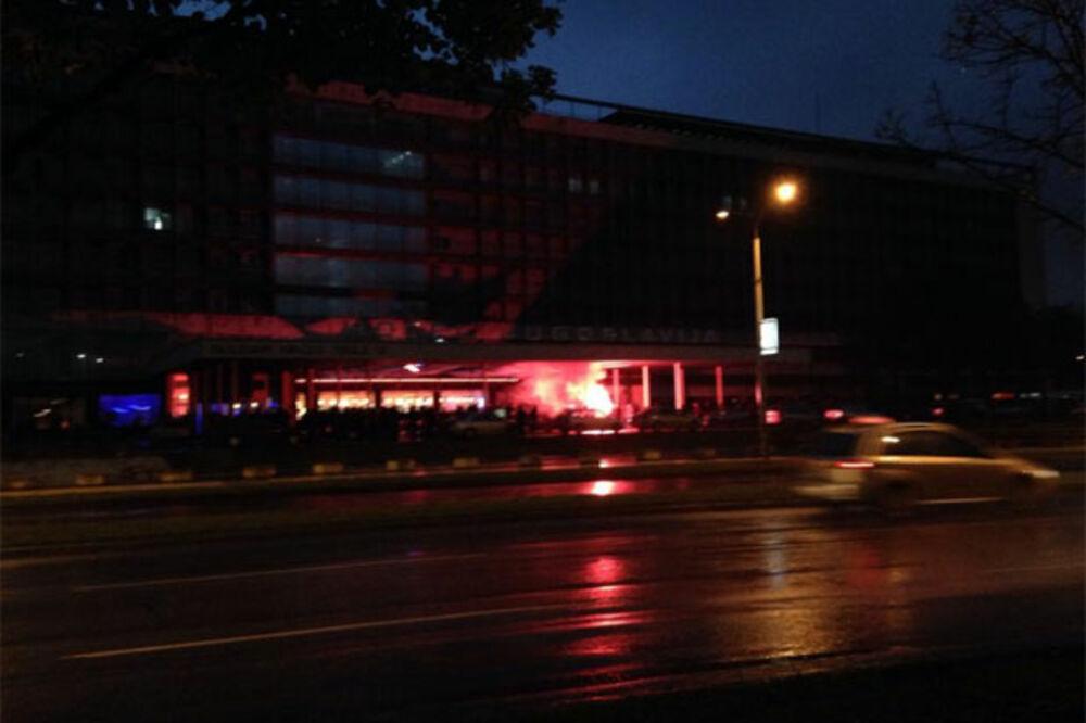 (FOTO) POČELI SA PROVOKACIJAMA: Navjači Bešiktaša palili baklje u hotelu, policija ih ne pušta