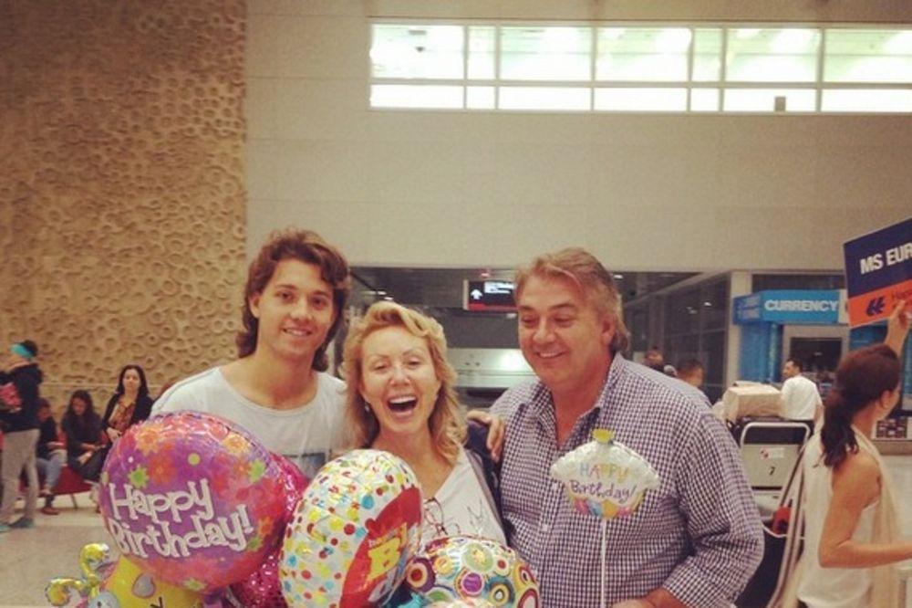 SLAVLJE POČELO NA AERODROMU: Boba dočekao Brenu sa balonima!
