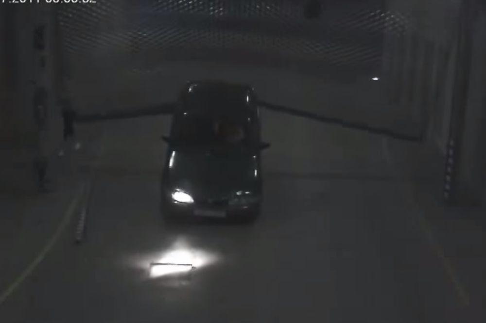 KAO DA JE ĐAVO UŠAO U NJEGA: Pogledajte neverovatno parkiranje ovog čoveka! (VIDEO)