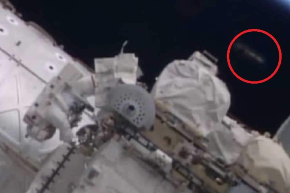 NASA OBJAVILA SNIMAK: Pored astronauta na Međunarodnoj svemirskoj stanici prošao NLO!?