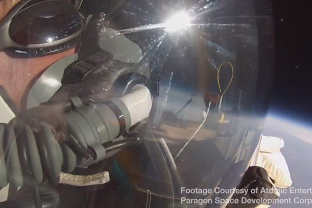 OBOREN REKORD FELIKSA BAUMGARTNERA: Direktor Gugla skočio sa 41.842 metra i probio zvučni zid VIDEO
