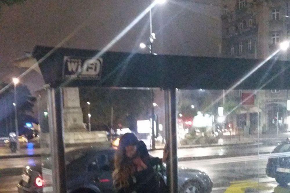 SVI SE VOZE GSP: Mia sa seksi dekolteom čeka gradski bus!