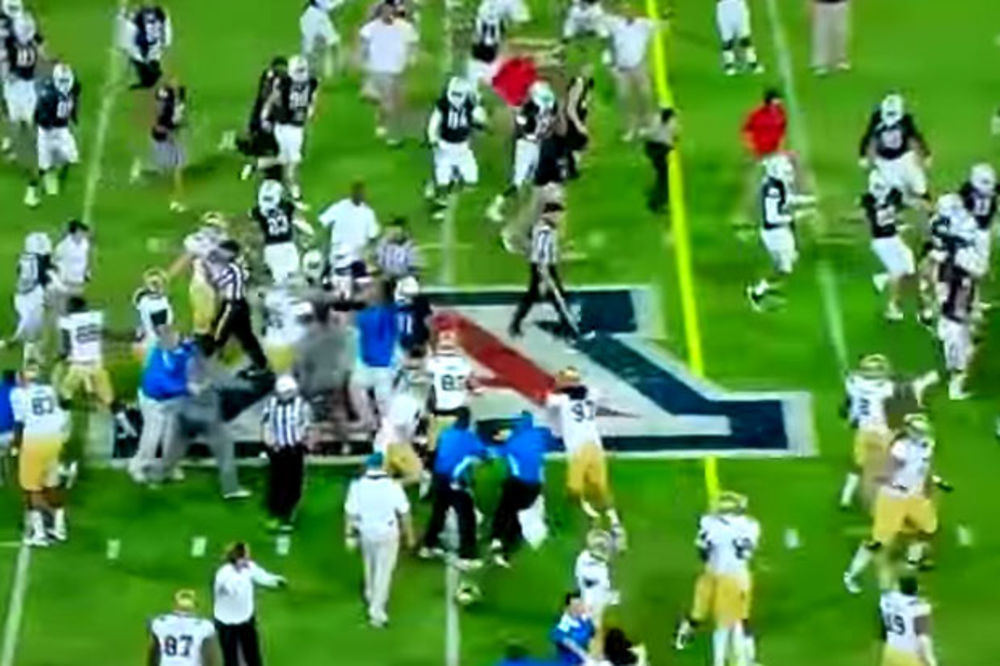 (VIDEO) OPŠTI METEŽ: Navijač prerušen u sudiju utrčao na teren, a onda je usledila tuča igrača