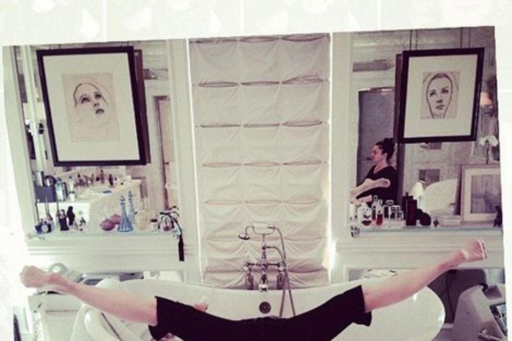 MADONA KO OD GUME: Evo kako radi stoj na glavi u kadi!