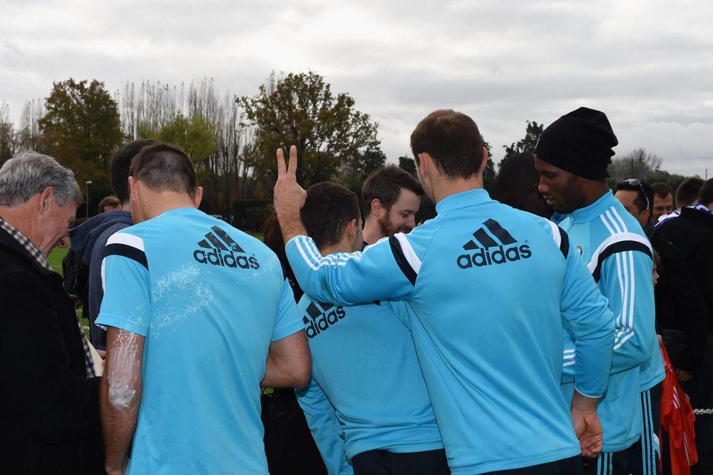 (FOTO) DOBRO RASPOLOŽENJE PRED DERBI: Ivanović se šalio sa Azarom pred navijačima