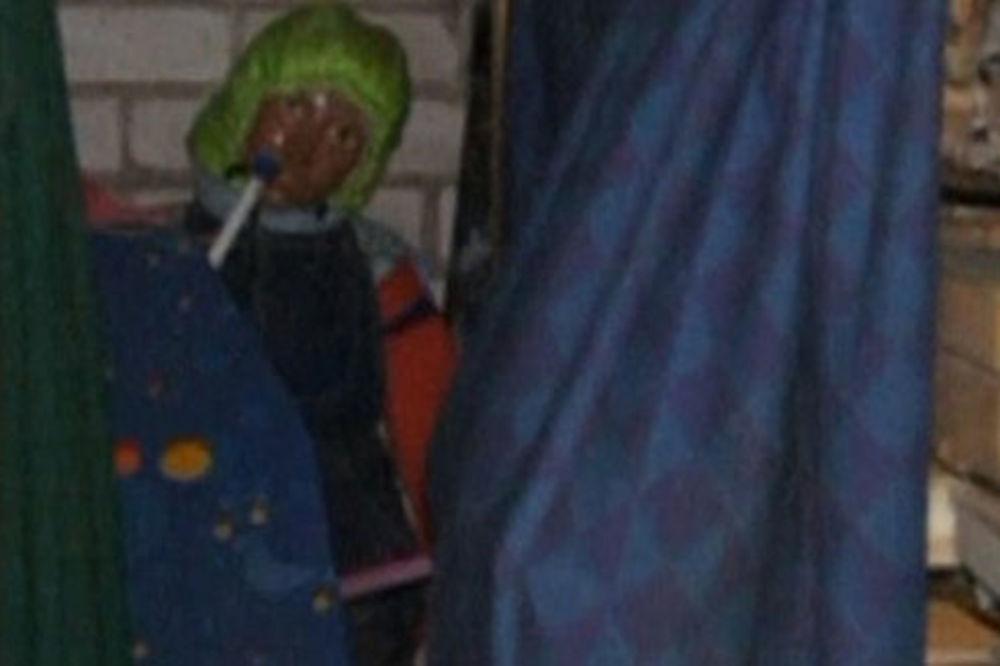 (FOTO) KUĆA UŽASA SLAVNOG ISTORIČARA: Iskopao leševe 150 devojčica, oblačio ih kao lutke i medvediće