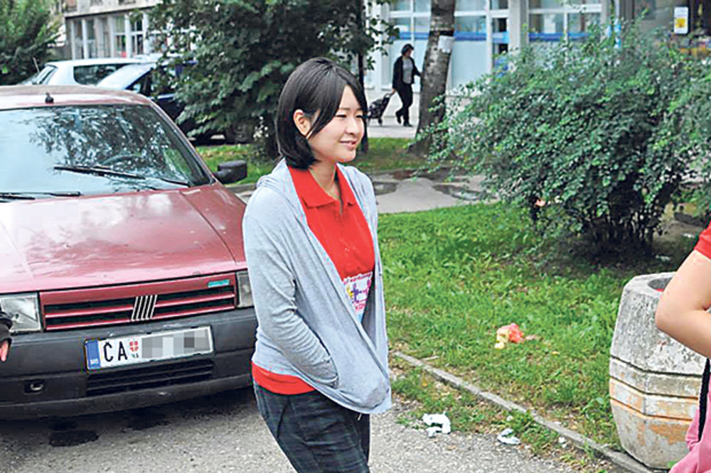 VOLONTERKA DOŠLA IZ JAPANA ZBOG POPLAVA: Sviđaju mi se Srbi jer su zabavni
