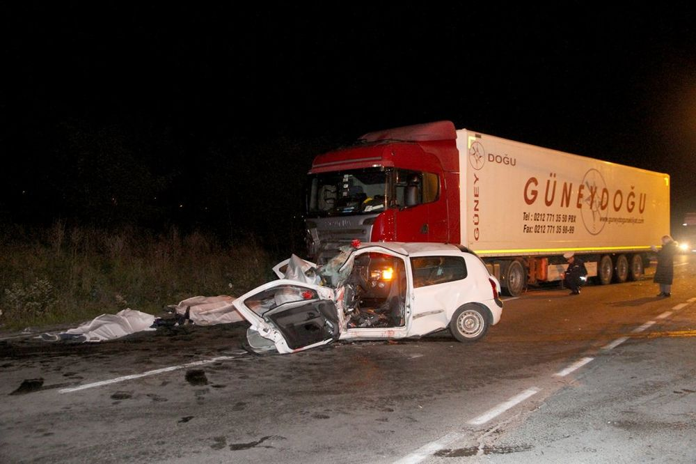 TRAGEDIJA NA KRUŽNOM PUTU: Devojka povređena u sudaru kamiona i renoa u teškom stanju!